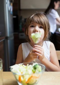 Dziewczynka je zdrowego jedzenie