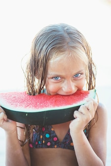 Dziewczynka jedzenie arbuza