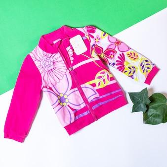Dziewczynka kolorowe ubrania i zabawki, kurtka koncepcja mody dla niemowląt