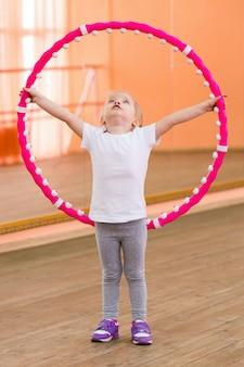 Dziewczynka ma 3 lata na siłowni.
