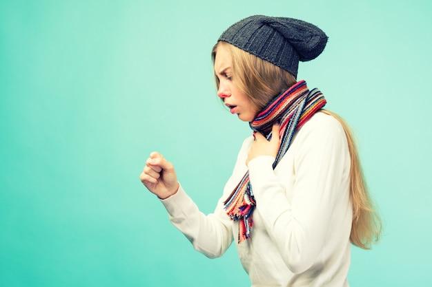 Dziewczynka ma objawy koronawirusa. przeziębienie i grypa. portret pięknej nastolatki z kaszlem i bólem gardła mdłości w pomieszczeniu. zbliżenie chory niezdrowy kaszel kobieta