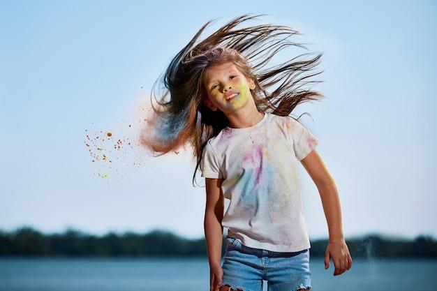 Dziewczynka macha włosami świętym proszkiem