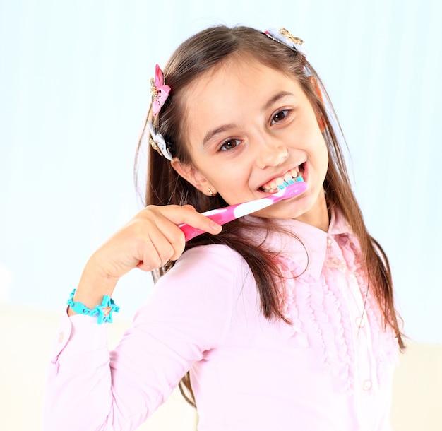 Dziewczynka myje zęby.
