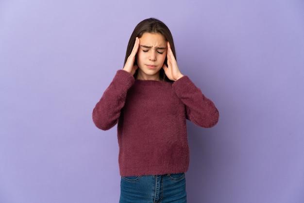Dziewczynka na białym tle na fioletowym tle z bólem głowy