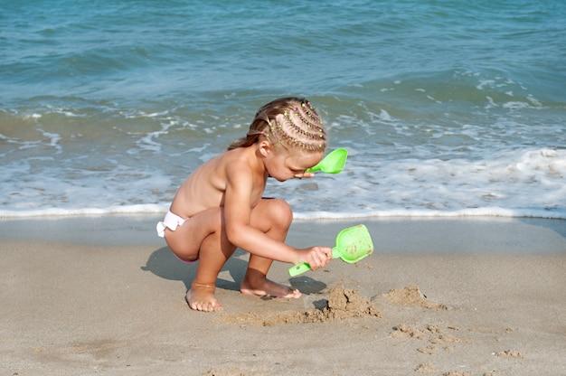 Dziewczynka na plaży. wakacje na plaży
