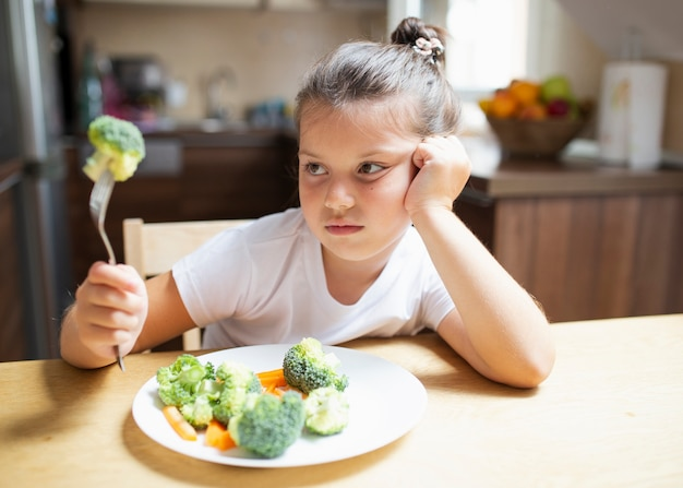 Dziewczynka nie jest zadowolona z warzyw w domu