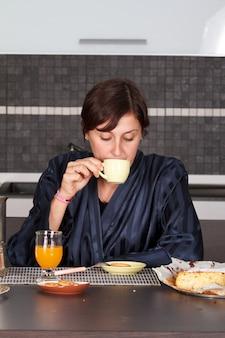 Dziewczynka o śniadanie w kuchni