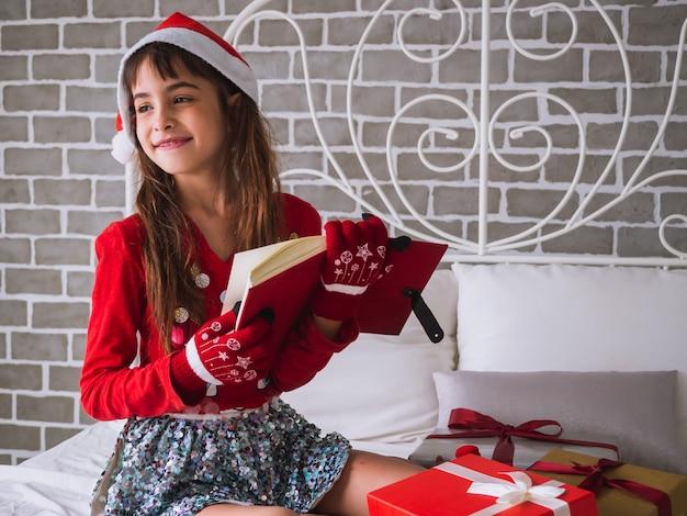 Dziewczynka otrzymała czerwoną książkę jako prezent w boże narodzenie
