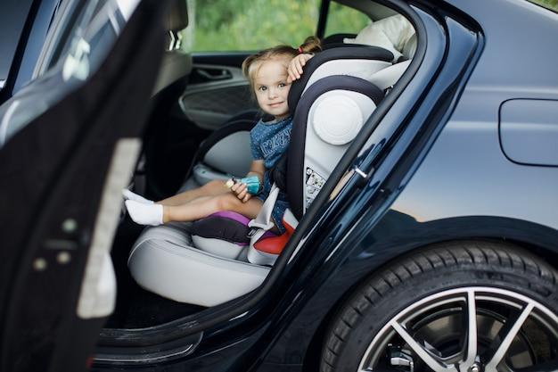Dziewczynka patrzeje przez samochodowego okno