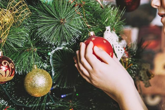 Dziewczynka piękna uśmiechnięta szczęśliwa i wesoła w dekoracjach świątecznych