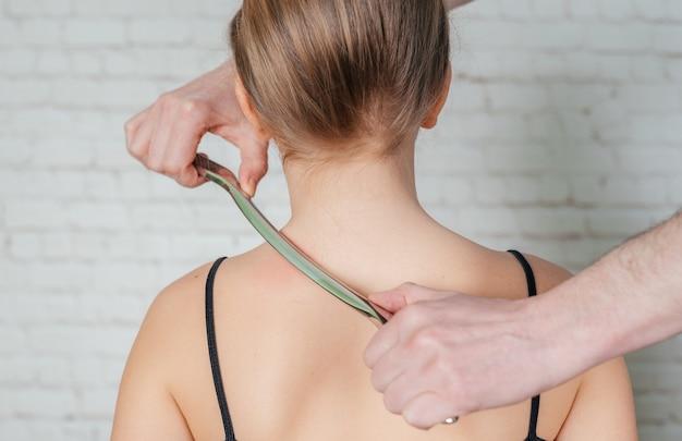 Dziewczynka poddawana leczeniu tkanek miękkich na szyi narzędziem iastm ze stali nierdzewnej