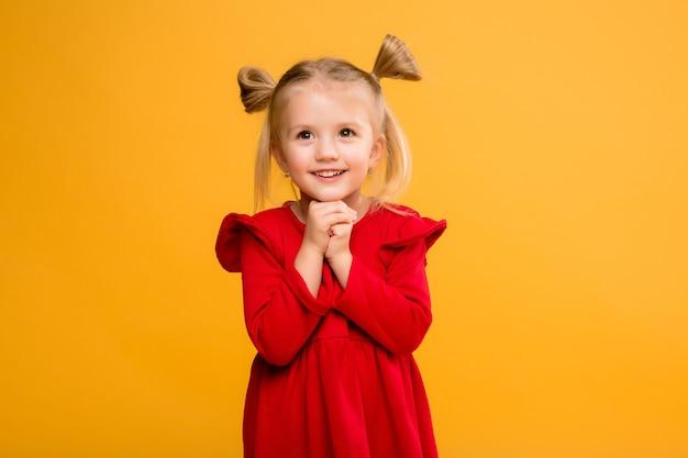 Dziewczynka portret izolować żółte tło.
