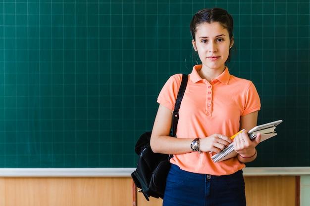 Dziewczynka przed tablicą