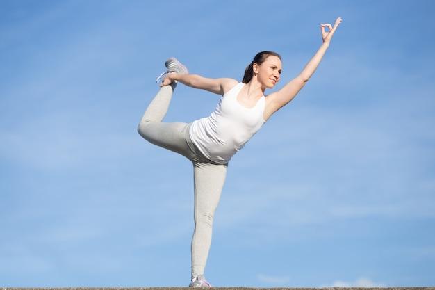 Dziewczynka stojąca w ćwiczeniu lord of dance