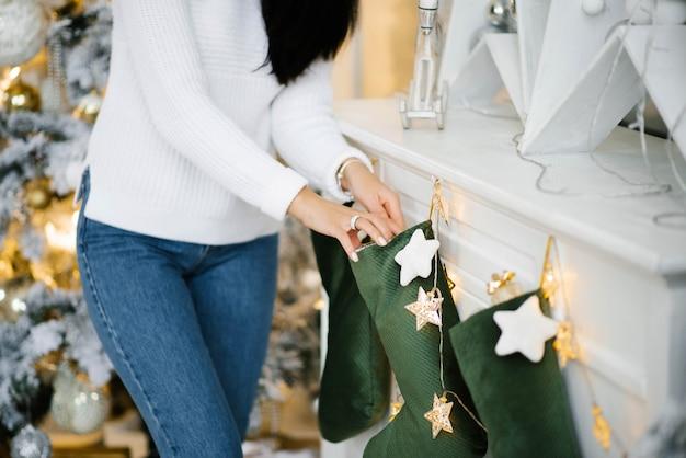 Dziewczynka szuka prezentu w skarpetce świętego mikołaja, duży widok na dłonie