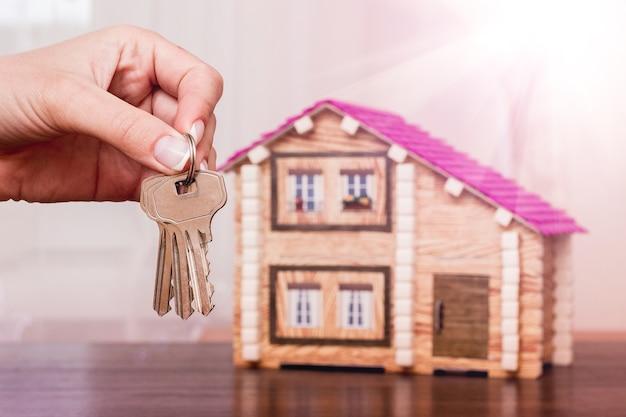 Dziewczynka trzyma klucze w nowym domu