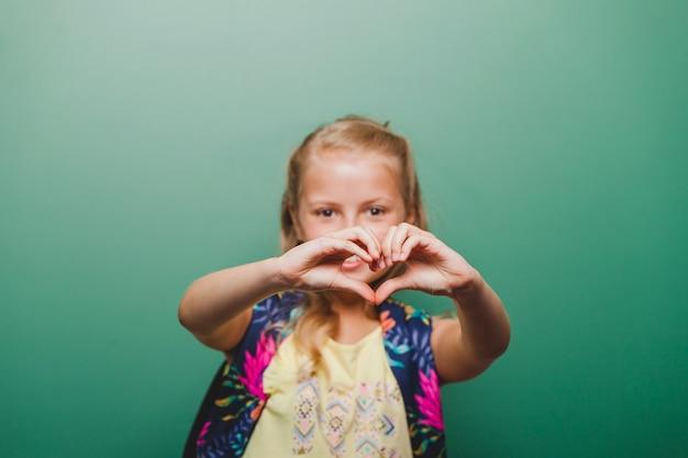Dziewczynka u? miecha gesturing serca