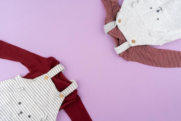 Dziewczynka ubrania na pastelowym tle bzu