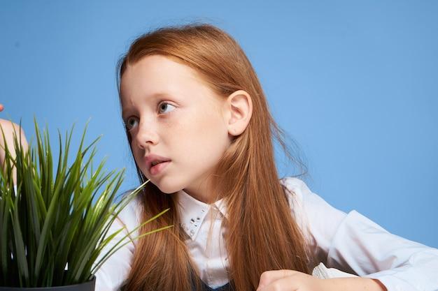 Dziewczynka uczennica dziecko odrabiania lekcji siedzi przy stole