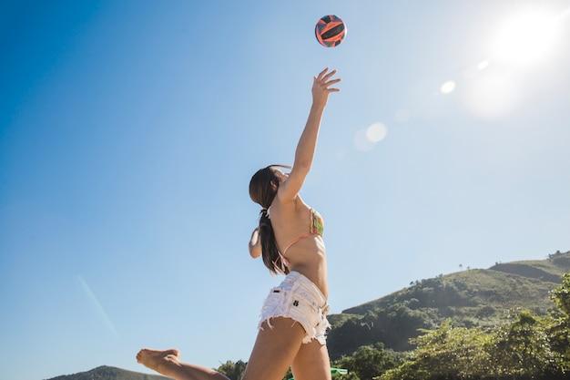 Dziewczynka uderzając w siatkówkę