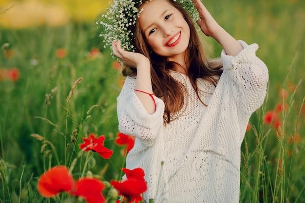 Dziewczynka uśmiecha się na zewnątrz