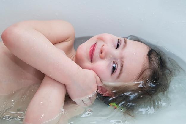 Dziewczynka uśmiecha się pokazano twarz tuż nad powierzchnią wody