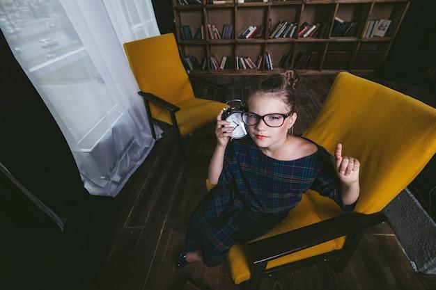 Dziewczynka w bibliotece z książkami w ścisły sposób zajmuje się edukacją i szkoleniem