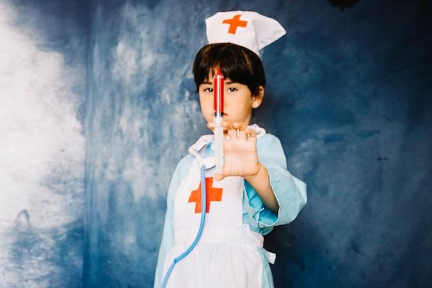Dziewczynka w kostiumie medycznym