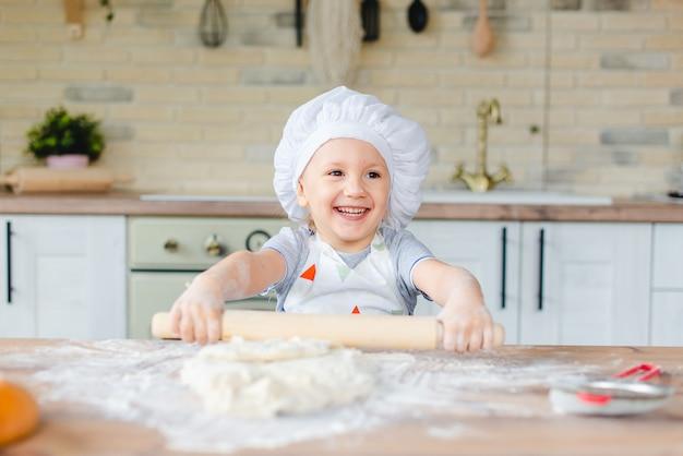 Dziewczynka w stroju szefa kuchni, gotowanie w kuchni