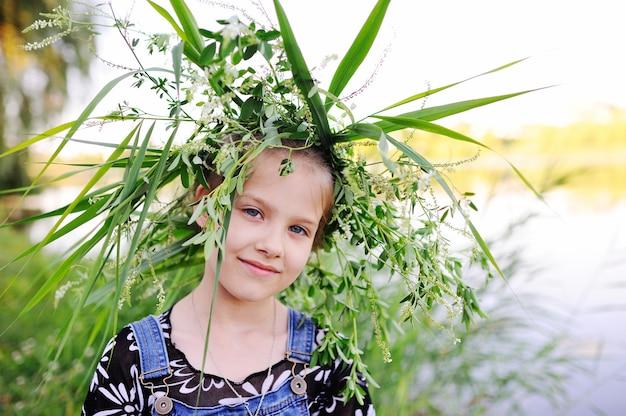 Dziewczynka w wianku polne kwiaty