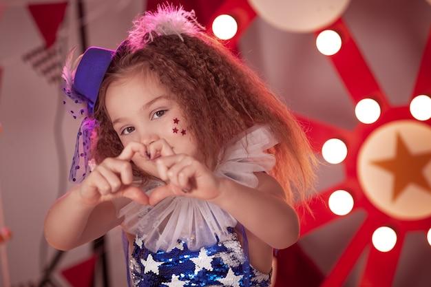 Dziewczynka z kostiumem cyrkowym na scenie cyrku