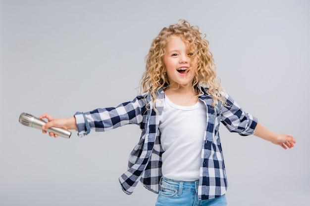 Dziewczynka z mikrofonem uśmiechnięty śpiew