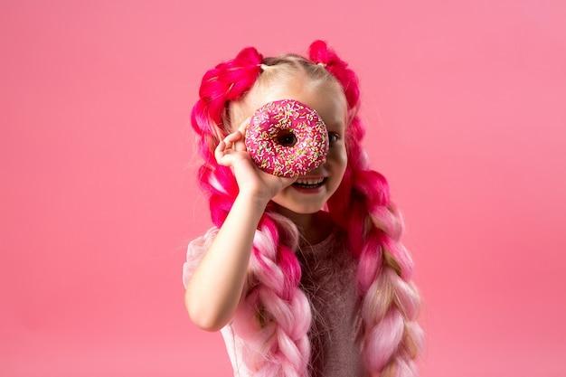 Dziewczynka z warkoczami kanekalon z pączkami na różowym tle