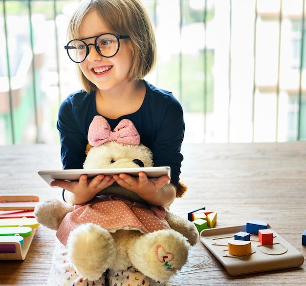 Dziewczynka za pomocą koncepcji urządzenia