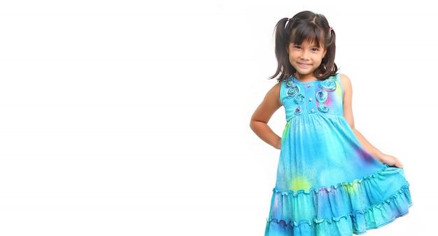 Dziewczynka za pomocą zabawy niebieskiej sukience