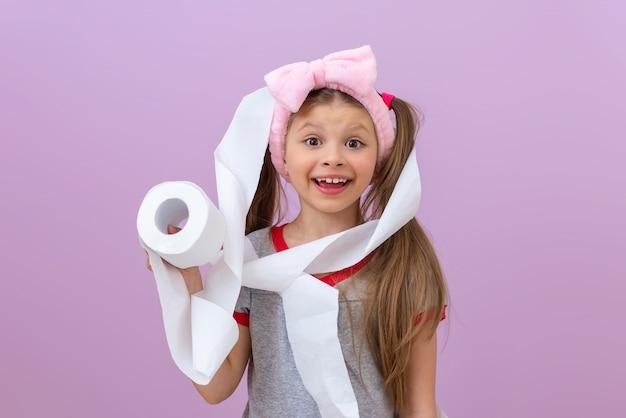 Dziewczynka zawinęła się w papier toaletowy.