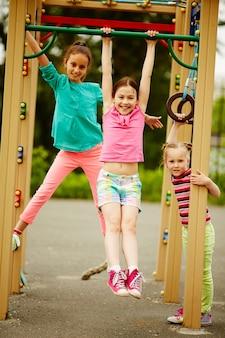 Dziewczynki bawiące się pełen energii