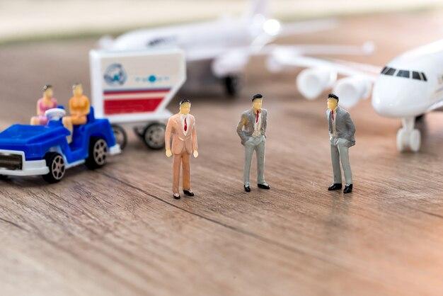 Dziewczynki siedzą w samochodzie, a mężczyźni stoją naprzeciwko samolotu