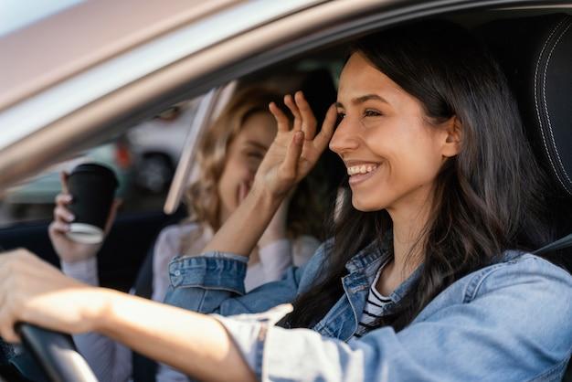 Dziewczyny bawią się w samochodzie