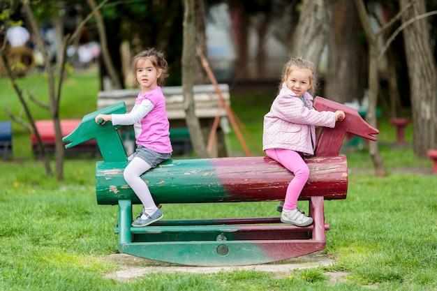 Dziewczyny bawiące się w parku