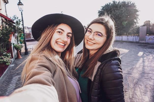Dziewczyny biorące selfie na ulicy - koncepcja przyjaźni