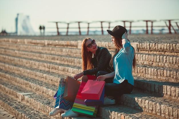 Dziewczyny chodzące z zakupami na ulicach miasta