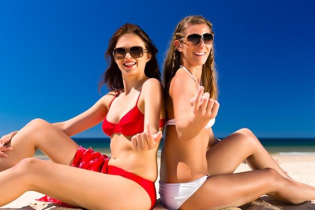 Dziewczyny cieszą się wolnością na plaży