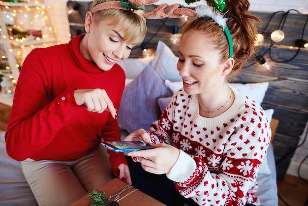 Dziewczyny fotografujące domowe prezenty świąteczne