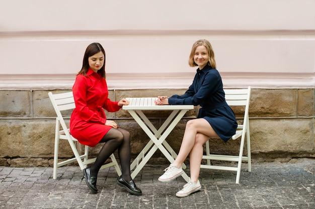 Dziewczyny freelancerzy, którzy pracują na ulicy