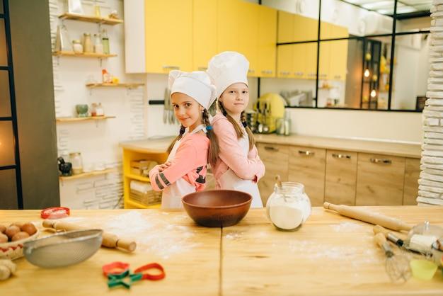 Dziewczyny gotujące w czapkach wracają do siebie