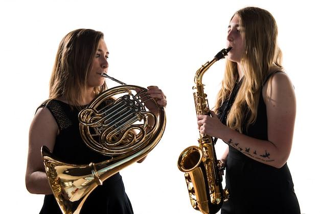 Dziewczyny grające na instrumentach dętych