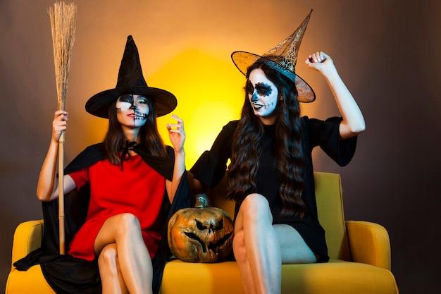 Dziewczyny halloween na kanapie z dyni