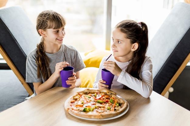 Dziewczyny jedzą pizzę