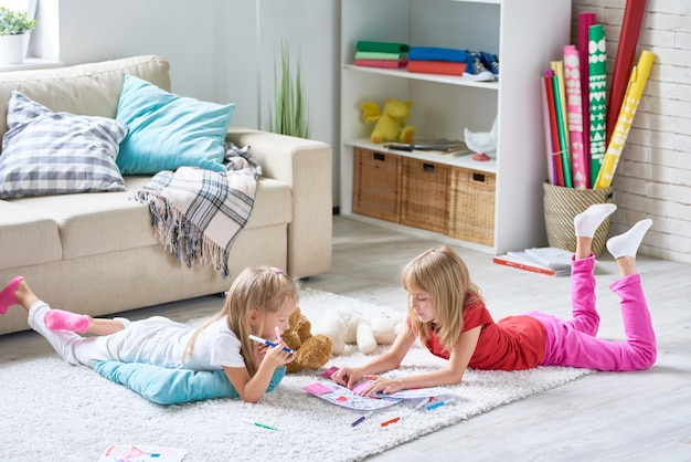 Dziewczyny kolorowanki na podłodze